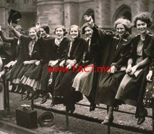 women_graduates_waving